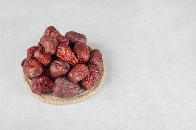 木製の大皿に乾燥したインドナツメの果実。
