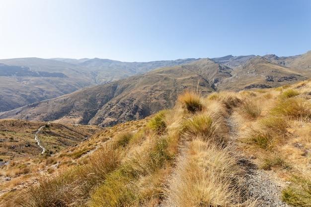 Vista del paesaggio secco della valle del fiume nacimiento in sierra nevada, spain