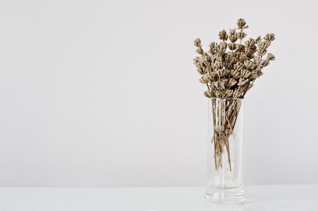 花瓶で乾燥ラベンダーの枝
