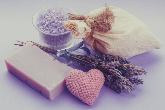アロマセラピーとスパ用の乾燥ラベンダー:石鹸、小袋、海塩