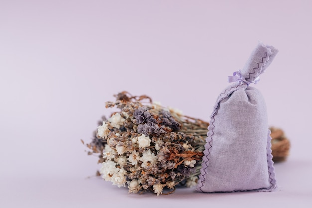 分離された袋で乾燥したラベンダー。袋にラベンダーの花束
