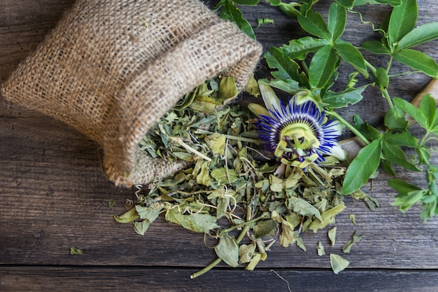 木の背景に鎮静茶を飲むためにトケイソウの葉を乾燥させた