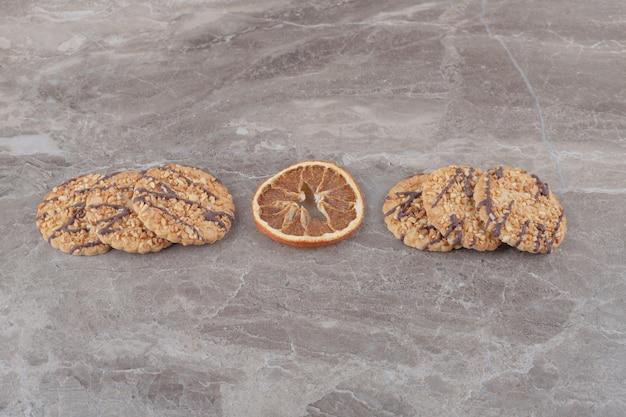 Fetta di limone secca e biscotti su marmo