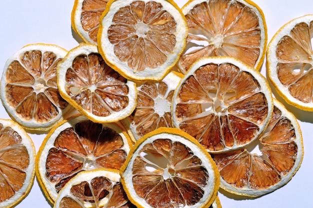 흰색 배경에 말린 레몬입니다. 평면도. 외딴.
