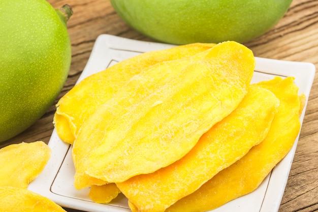 Sfondo di mango essiccato. fette candite del primo piano della frutta del mango.