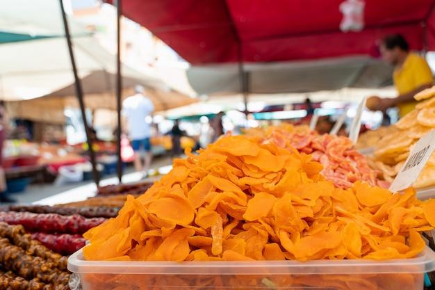시장의 배경에 말린 망고입니다. 터키 시장에서 판매되는 말린 설탕에 절인 과일.