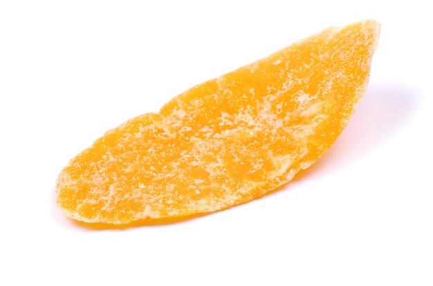 Сушеное манго на белом фоне