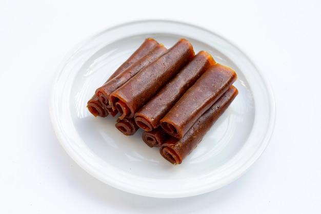흰색 표면에 흰색 접시에 말린 된 망고 붙여 넣기.