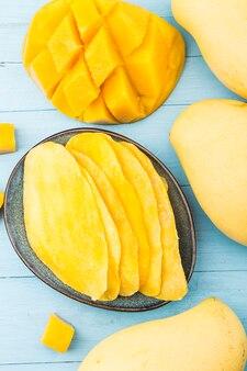 Стена сушеного манго. цукаты из фруктов манго крупным планом.
