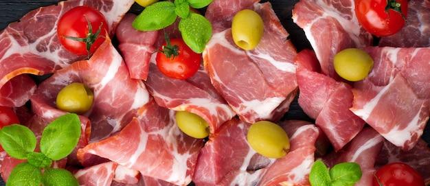 乾燥肉、チェリートマトのハモン、バジル、オリーブ