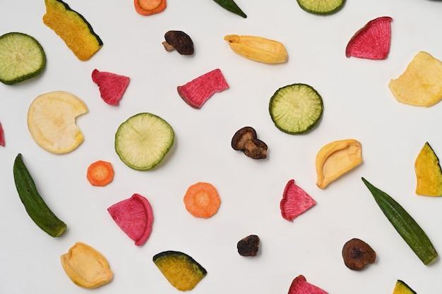 白地に乾燥野菜チップス。