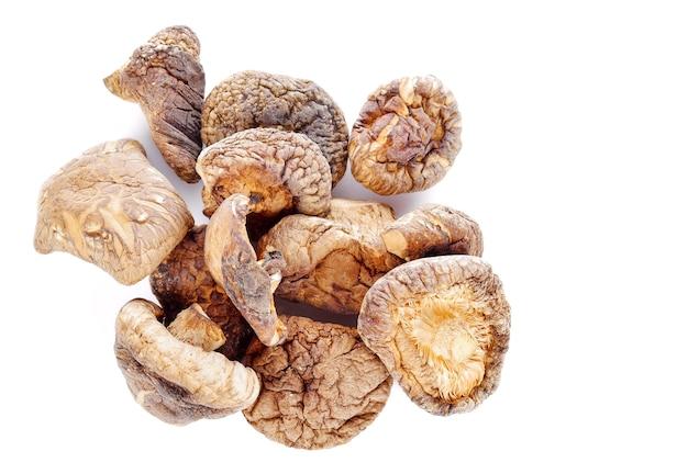 Сушеные грибы на белом