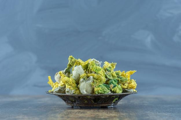 金属製のボウルに自然な黄色い花を乾燥させました。