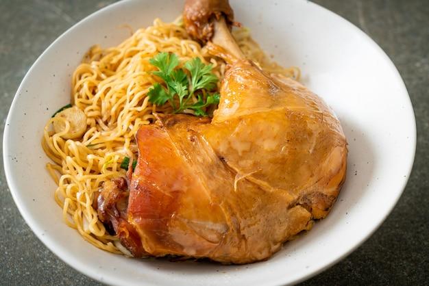 Сушеная лапша с тушеной курицей - азиатская кухня