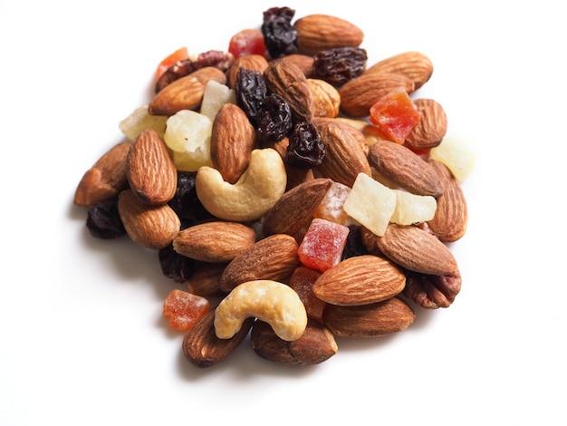 Сушеные орехи тропических фруктов на белом фоне