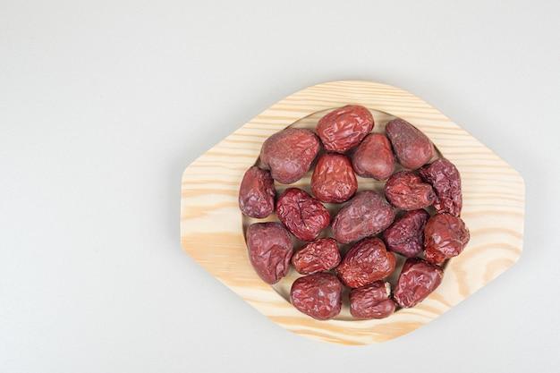 木の板に乾燥したオレアスターフルーツ