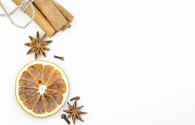 乾燥したオレンジ、シナモン、アニス、白い背景のクローブ