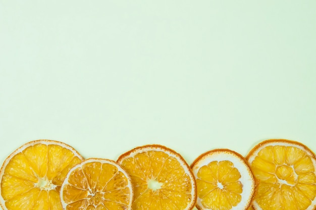 연한 파란색 배경 상단 보기에서 이미지 하단의 말린 오렌지 조각