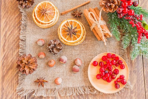 コピースペースのある木製のテーブルにオレンジスライス、シナモン、スターアニスを乾燥させました。