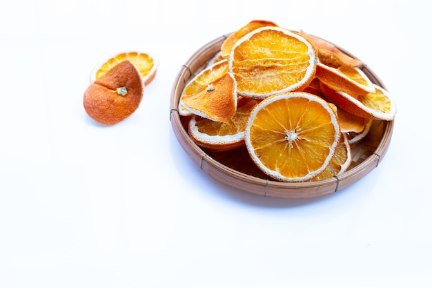 Сушеные дольки апельсина на белом