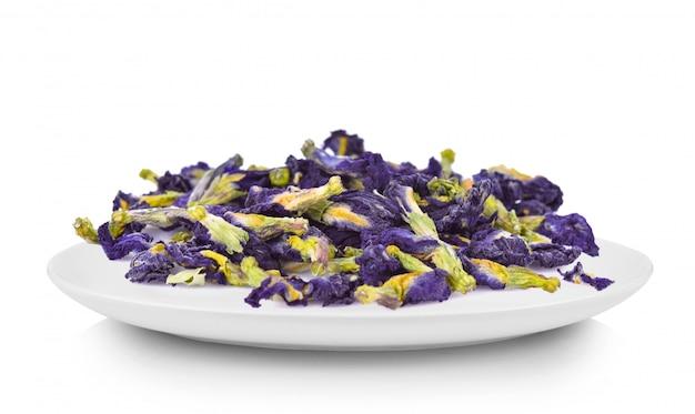 白い皿にエンドウ豆の花を乾燥