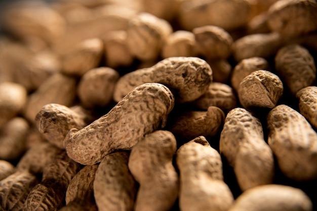 Сушеный арахис, поставленный рядом