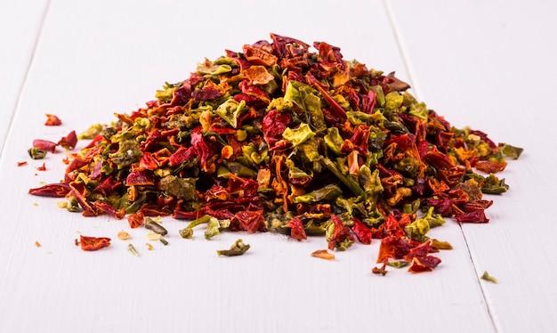 白い木の場所に乾燥した唐辛子と種子(唐辛子、ハバネロ、ハラペーニョ、ラウィット、鳥の目唐辛子、タイ唐辛子)。