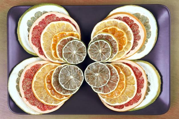 皿の上の柑橘系の果物の乾燥した部分。果物の便利なビタミン食品