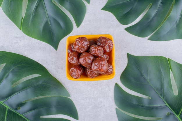 Ciliegie secche della prugna in una tazza su fondo concreto. foto di alta qualità