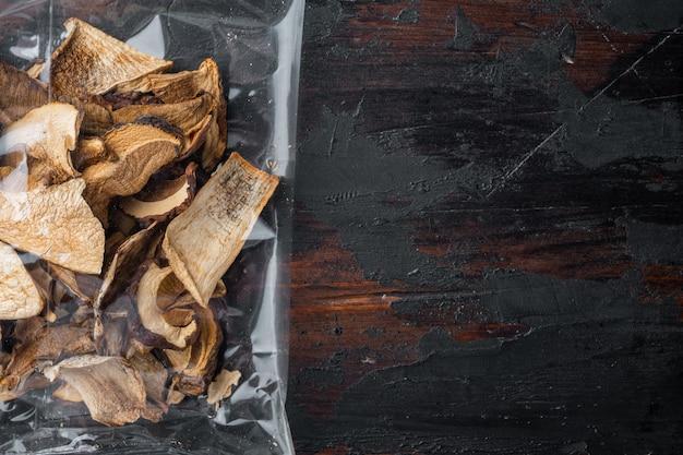 古い暗い木製のテーブルの上に、乾燥ポルチーニ茸セット