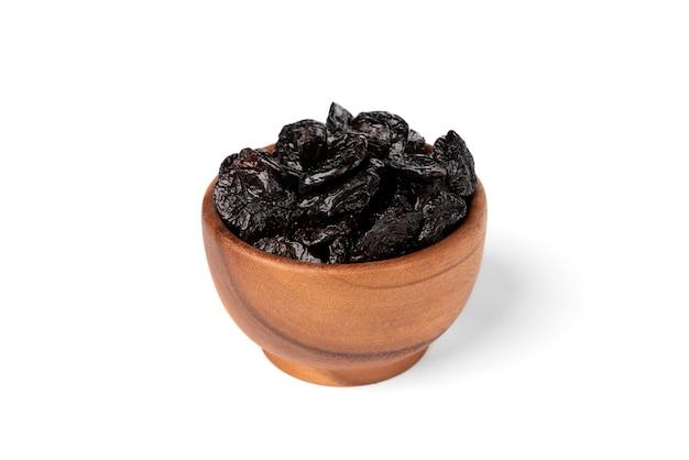Сушеный чернослив изолирован.