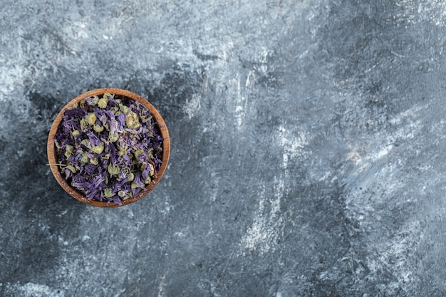 木製のボウルに乾燥した紫色の花。