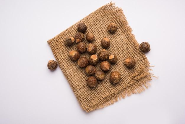 말린 생 shikakai 및 reetha 또는 soapnut 분말을 그릇 또는 에센셜 오일, 선택적 초점