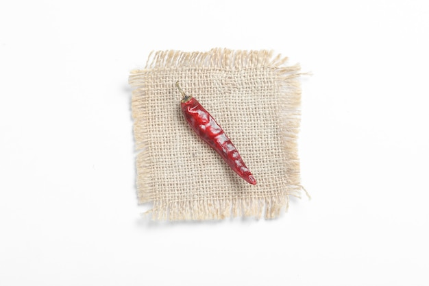 白い表面に乾燥した赤唐辛子