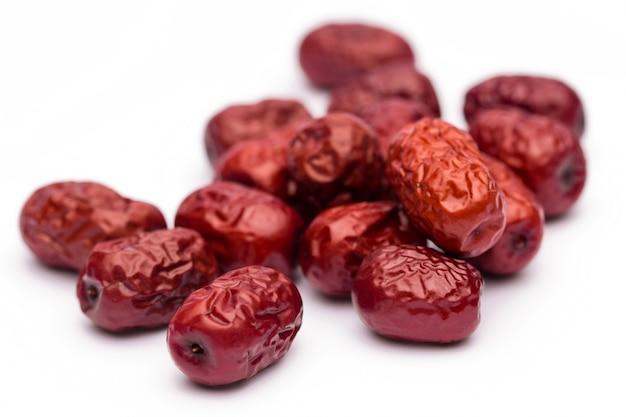 말린 붉은 데이트 또는 중국 대추. 매트에 전통적인 약초 유출입니다.