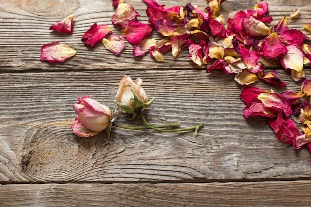 木製のテーブルにバラの花びらを乾燥