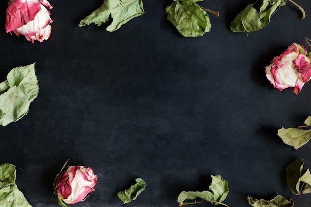 乾燥したバラと黒の葉