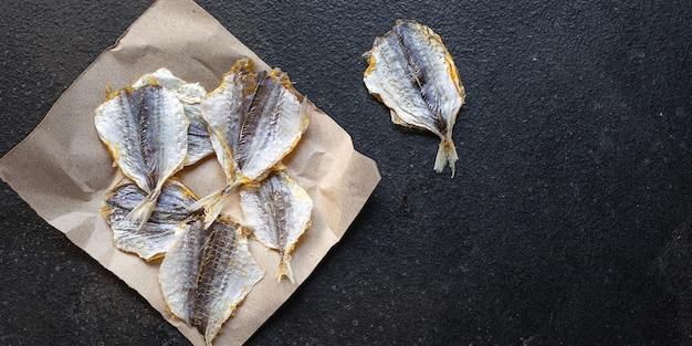 Сушеная соленая рыба вяленые или копченые закуски для пивной закуски на столе копировать пространство еда