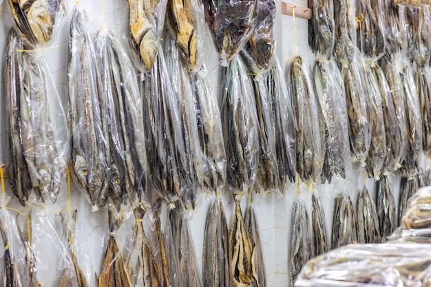 상점에 다양한 물고기 컬렉션이 있는 말린 바다 물고기