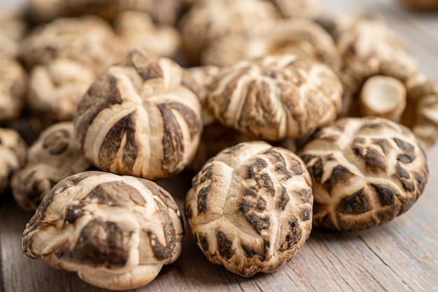 Сушеный гриб шиитаке на деревянных фоне. здоровая пища.