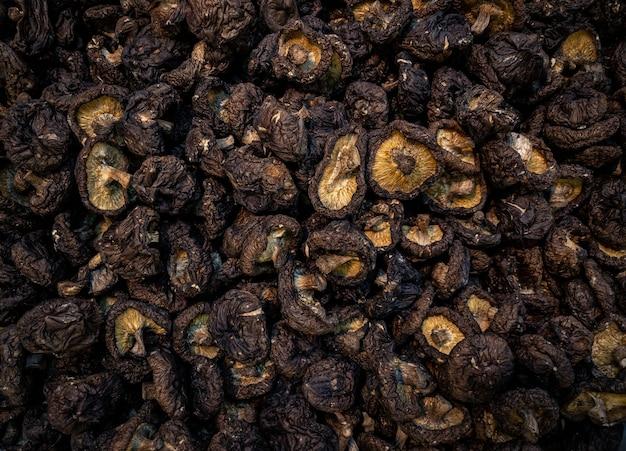 中国の地元のナイトマーケットで販売されている干し椎茸。台湾の古い伝統的な農家の市場での新鮮な野菜料理。