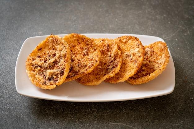 말린 갈가리 찢긴 돼지 고기 센베이. 태국 음식 스타일