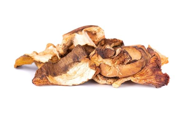 Сушеные нарезанные грибы, изолированные на белом фоне