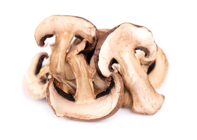 Сушеные нарезанные грибы изолированные