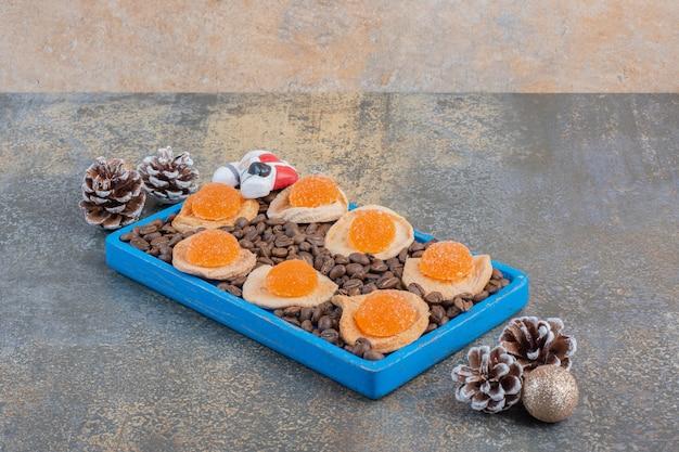 젤리 캔디와 커피 콩을 곁들인 말린 과일 조각. 고품질 사진