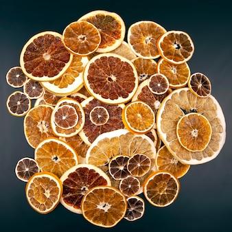 Сушеные дольки различных цитрусовых. витаминные цитрусовые для здорового питания
