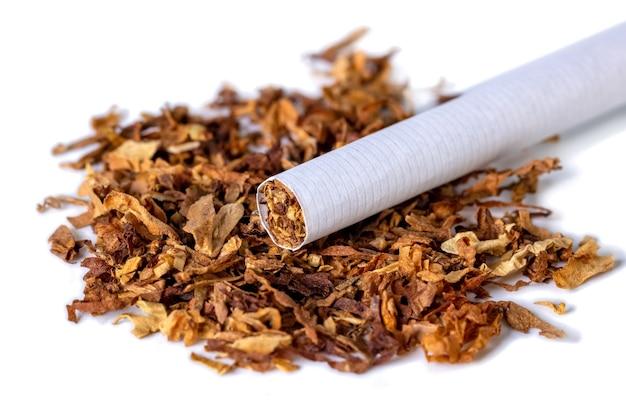 Сушеный курительный табак, изолированные на белом фоне
