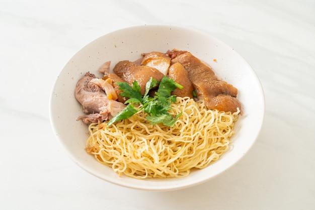 말린 돼지 다리 국수 그릇 - 아시아 음식 스타일