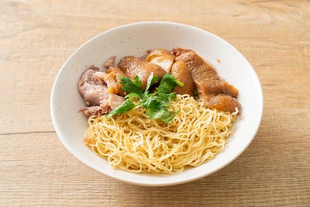 豚足麺丼の煮込み-アジア料理スタイル