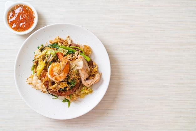 Сушеные сукияки, жареная вермишель с овощами и морепродуктами в соусе сукияки